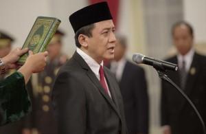 Kepala Badan Ekonomi Kreatif Triawan Munaf mengucapkan sumpah jabatan yang dipimpin Presiden Joko Widodo di Istana Negara, Jakarta, Senin (26/1)