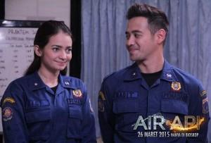 Aksi Enzy Storia dan Tarra Budiman di film Air & Api.