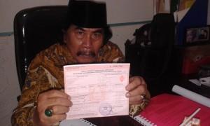 Jaja Mihardja tunjukan bukti pembayaran pajak tanah milik kakaknya Arsyad, yang rutin dibayarkan. Foto: Ibra