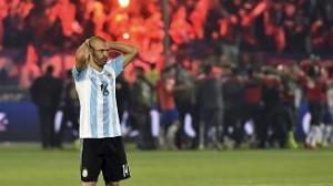 Masherano sedih Argentina tak Jua Copa Amerka 2015. Foto: Fifa.com.