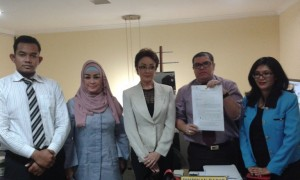 Minati Atmanegara bersama Cintami dan kuasa hukumnya. Foto: Ibra