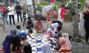 Suasana jelang pembukaan perpustakaan Ati, Anak-anak asyik melukis dan mewarnai. Foto : Ibra