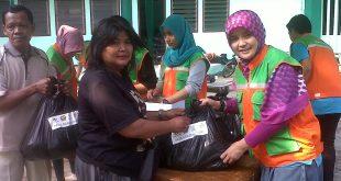 Ervida Prianti, corporate cumunication PT Jiep saat memberikan paket sembako di halaman Masjid Jayakarta Kawasan Industri Pulogadung Jaktim. Foto: Ibra.