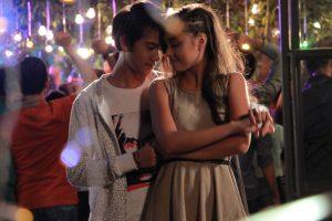 Adegan film Ada Cinta di SMA, Iqbal Dhiafakhri dan Caitlin Halderman romantis bingit mainnya. Foto: Ist.