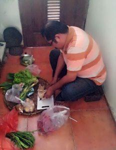 Kong Jaing juga ikut sibuk di dapur. Foto: Dok. pribadi.