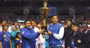 Teks foto1: AHY mengangkat Piala SBY didampingi Jackson Kumaat dan Nelwan Rompis.(Ist)