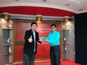 Launching motivasinews.com dan wartawanita.com, Pemimpin Redaksi kedua media portal tersebut,  Tubagus Mudi (kanan) menerima tumpengan, tanda  dimulai oprasional kedua media tersebut, Selasa (28/2/2017) di jakarta. Foto: Ibra.