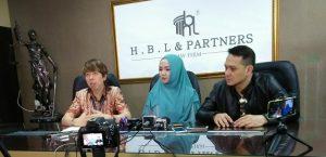 Fara Diba (tengah) didamping Henry Indraguna dan Fadlan, saat memberikan keterangan pers pada wartawan terkiat lanjutan kasus yang menimpa Fara Diba, JUmat (7/4/2017) di ruang kerja Henry di Jakarta. Foto: Ibra.