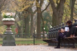 Adegan romantis Reza Rahadian dan Adinia Wirastis dalam film Eleven Critical. Foto: Ist.