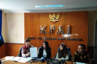 Five didampingi kuasa hukumnya Henry Indraguna (Kiri), Sekretaris KPAI, Rita Pranawati (sebelah kanan Five) dan staf Henry (Paling kanan),, saat memberikan keterangan pers di KPAI, Selasa (2-5-2017) di KPAI di Jakarta. Foto: Ibra.