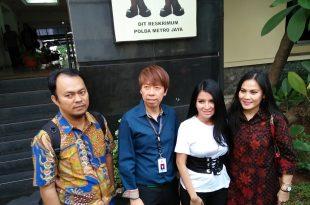 Five Vi didampingi kuasa hukumnya Henry Indraguna usai memberi keterangan pada polisi di Polda Metro Jaya Jakarta, terkait masalah rebutan anaknya, Selasa (9/5/2017) kemarin. Foto: Ibra