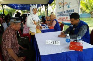 Seorang kakek tengah ikut berobat gratis di acara bakti sosial yang digelar Angkasa Pura II dan Dana Mustadhafin, Jumat (4/8/2017), di lapangan AURI Satrudal, Jalan Suryadarma, Neglasari, Tangerang. Foto: Ibra.