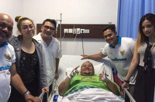 Dipimpim Ketua Pafindo, Gion Prabowo, para artis pafindo jenguk rekannya Ronny Rezer yang terbaring sakit di rumah sakit pada Sabtu (7/10/2017) sore kemarin. Foto: Ist.