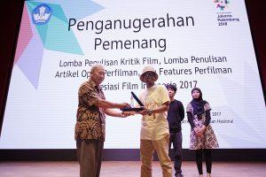 """Pemenang Lomba Penulisan Reportase/Feature Film direbut oleh Andi Baso Djaya dari Jakarta dengan judul """"Film Ekranisasi Indonesia Mulai Menjamur"""" Foto: Dudut Suhendra Putra."""
