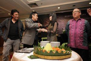 Potong tumpeng tanda syukuran peluncuncuran buku biografi Ita purnamasari. Foto: Dudut Suhendrap Putra.