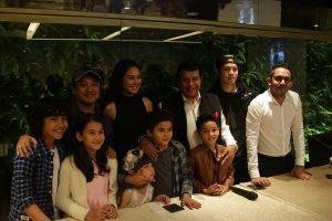Ram Punjabi di tengah sutardara Rizal mantovani dan artis yang mendukung film yang akan diproduksi MVP Pictures. Foto> ist.