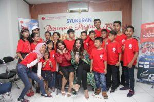 Nadira Nazmi dan Roro Ayu di tengah-tengah anak didik sekolah akting Ramasindo Picutres. Foto: Ki2