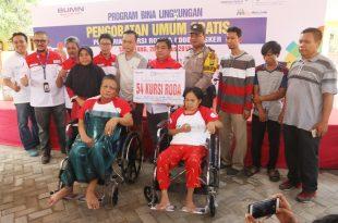 Pemberian simbolik kursi roda untuk warga sekitar bandara dan pihak Angkasa Pura II. Foto: ican. Soetta