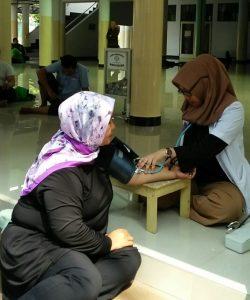 Dokter yang tengah memeriksa warga dalam kegiatan bakso Yayasan Indera Surya dan majelsi ta'alim alumni SMP 58-88 di jakarta, Rabu (15/8/2018) kemarin. Foto: Ibra.