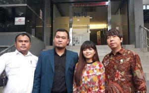 Dinar Candy sat melaporkan kasusnya kepihak berwajib di dampingin timkuasa hukum Hendry Indraguna, Kamis (13/9/2018). Foto: Dok.