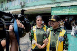Presiden LCJCME dan sekaligus Ketua Panitia kegiatan lomba menggambar di atas media kipas Brigjen TNI Bambang Sudono didampingi Vina Bambang Sudono, AK Humas Lions Club MD307 A1. Foto: ist.