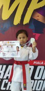 Karateka cilik Azzura Zahara Harahap berhasil meraih medali perak dalam Kejuaraan Karate Nasional MENPORA Cup I/2018 Seinkaido Championship Serie 2 yang digelar selama 3 hari,  Jumat (26/10) sampai Minggu (28/10) di GOR Ciracas Jakarta Timur. Foto: Ist.