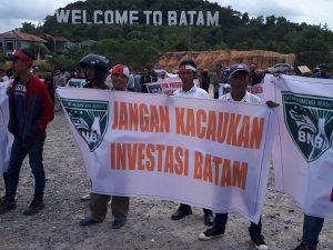 Pengunjuk rasa demo soal terkait Kebijakan pemerintah pusat melalui Menteri Koordinator Perekonomian Darmin Nasution, beberapa waktu lalu yang diduga akan menerapkan rangkap jabatan Wali Kota Batam, secara ex officio menjabat Kepala BP Batam. Foto: ist.