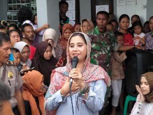 Ayu Azhari saat memberikan kata sambutan di depan masyarakat korban tsunami Banten, Sabtu (19/1/2019) kemarin. Foto: ist.