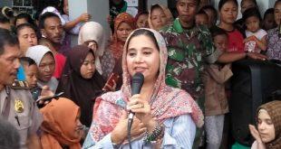 Ayu Azhari Bersama TNI dan Raja Sultan Nusantara Baksos Korban Tsunami Banten