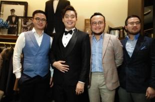 Bintang Komedian Edrick Tjandra saat fitting jas pengantin didampingi disainer Samuel Wongso dan tim di butik Wong han semalam di jakarta. Foto; Ibra.