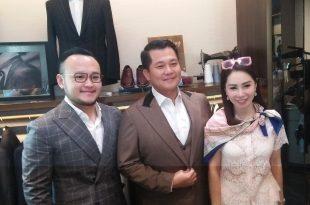Calon suami artis Femmy permatasari, Alfons Martinus, bersama disainer beken Samuel Wongso, saat fitting baju pengantin pria. Foto: Ibra.Wongso