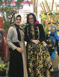 Sekjend Kadin Fashion Designer of Indonesia Lea Elfara bersama Poopy Dharsono Ketua APPMI ( Asosiasi perancang Pengusaha mode Indonesia). Foto: ist.