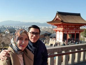 ketum Pafindo Gion Prabowo dan Isteri, saat tengah berlibur di jepang. Foto: ist.