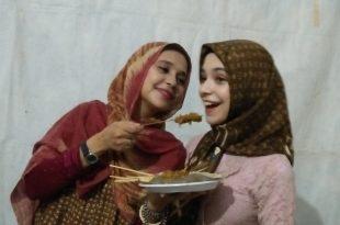 Ayu Azhari suapkan anaknya Isabella sate Padang. Foto: ibra.