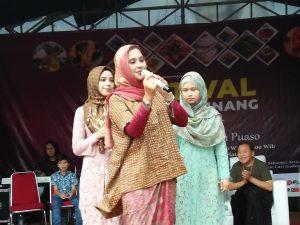 Ayu Azhari dan dua anaknya, Isabella dan Mariam, ketika manggung diacara Festival Jajanan Minang 2019, Jumat (19/4/2019) di Jakarta Selatan. Foto: ( Ibra).