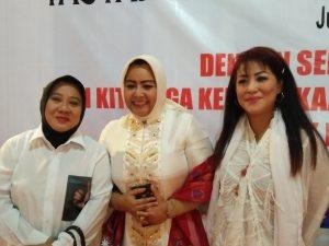 dari kiri kekanan, Ketua Umum Pemulung, musdalifah, Desainer Anna mariana dan artis serba bisa maria Eva. Foto; ibra.