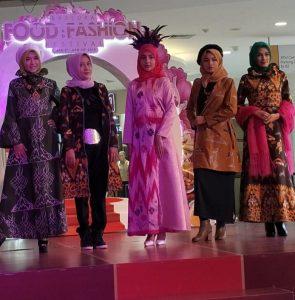 Para model pamerankan busana di Ramadhan Festival . Foto: ist.