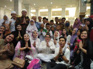 Ketum Pafindo Gion Prabowo bersama artis Pafindo di tengah-tengah anak yatim, diacara berbagi bersama 1000 anak yatim di gedung serba guna masjid Kuba Emas- Depok, Rabu (22/5/2019). Foto: ibra.