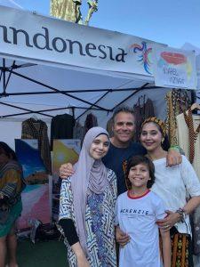 Ayu Azhari bersama keluarga perkenalkan produk Indonesia di Swedia. Foto: ist.