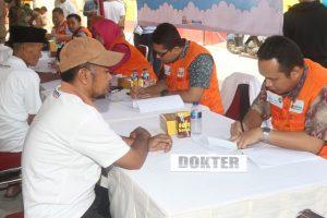 Seorang dokter saat menangani pasienya di Pengobatan gratis yang dilakukan pihak Angkas Pura 2. Foto: ican.