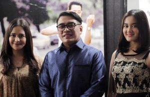 Ketum Pafindo diapit anggotanya, Azzura Pinkan dan  Tamee Irelly. Foto: Dudut Suhendra Putra.