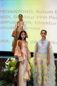 Fashion Show dari para model pamerkan karya designer KFDI. Foto: ist.