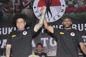 Yoko (kiri) saat dapat tanda kehormatan dari atlet Papua Top Team. Foto: ki2.