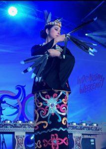 Ayu Azhari unjuk kebolehan dengan menari tari Burung Enggang, tarian khas dari Kalimantan Timur. Foto: Ist.