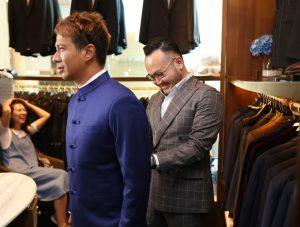 Delon Idiol saat ngepas jas pengantin, yang didampingi desainer Sameul Wongso dari Wong hang tailor kemarin. Foto; Ist.