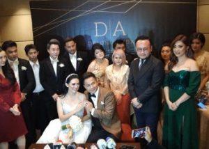foto bareng pengantin anyar Delon -Aida, Samuel Wongso dan lainnya. Foto: Istimewa.