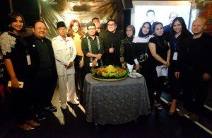 Syukuran film Ratu Kuntilanak, Mitos Holic dan Ultahketua Umum Gion Prabowo. Foto: Dudut Suhendra Putra.