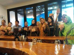Ayu Azhari saat mengenalkan kopi produknya. Foto: ibra.