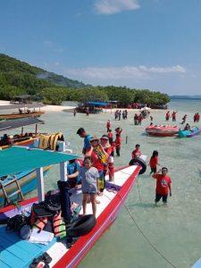 Komunitas pemilik Pajero, Pajero Indonesia One (PI-One) bersama keluarga menikmati Pulau Pahawang. Lampung. Foto: Ist.