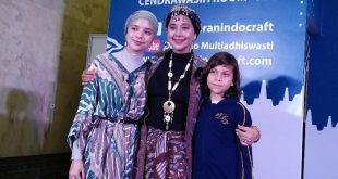 Ayu Azhari dan kedua anaknya Isabelle Tramp dan Lennon Tramp. Foto: Ibra.